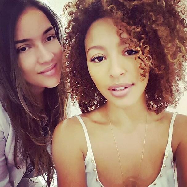 Carrina Arruda e Sheron Menezzes, adepta da técnica de beleza  (Foto: Reprodução Instagram)