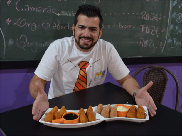 Raphael Souza Filho cria todos os recheios das coxinhas que serve em seu bar em Ribeirão Preto (Foto: Fernanda Testa/G1)