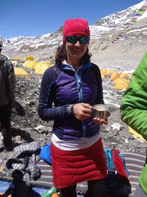 Brasiliense Fátima Williamson em cerimônia para honrar a montanha antes de iniciar subida ao Everest (Foto: Facebook/Reprodução)