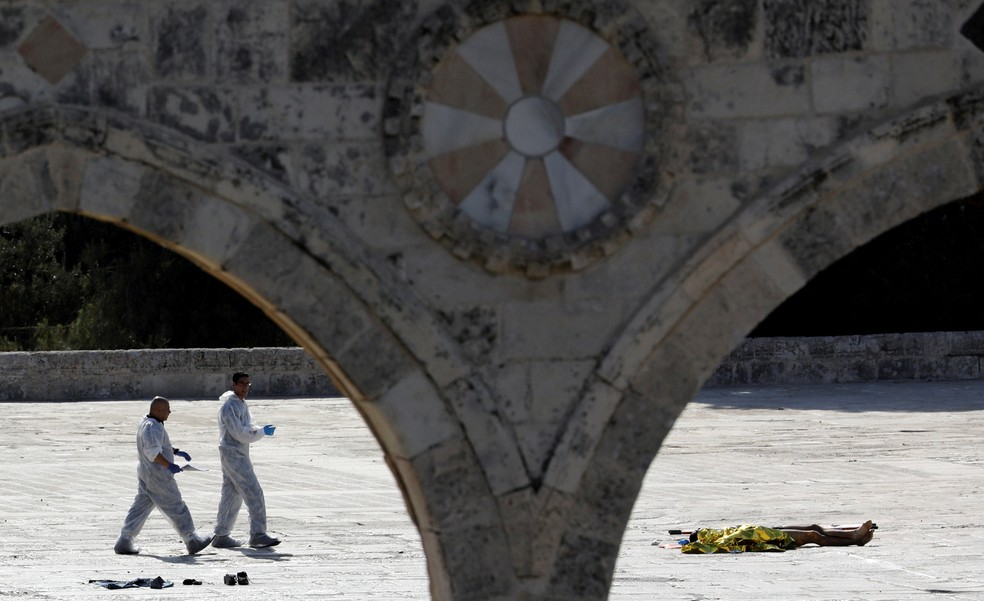 Polícia israelense examina a cena de suposto ataque terrorista, na Cidade Velha de Jerusalém (Foto: Ammar Awad/Reuters)