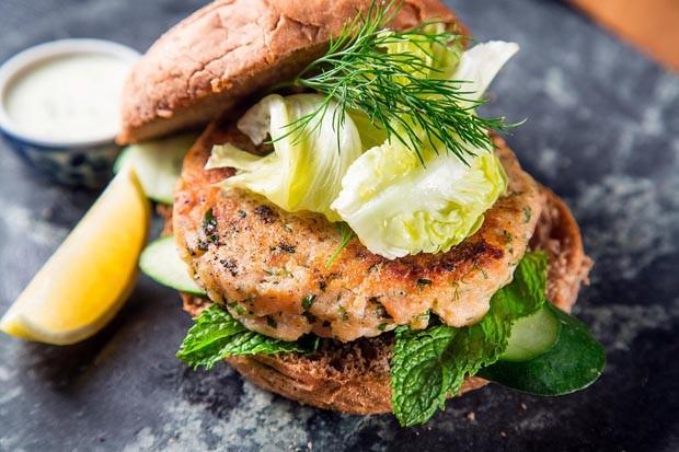 Receita de hambúrguer de salmão com sour cream (Foto: Divulgação)