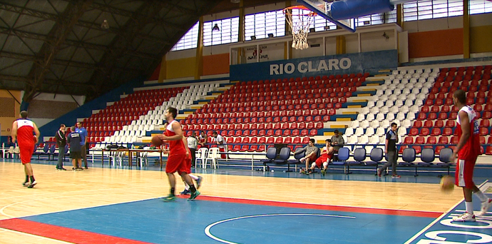 Treino do time de basquete do Rio Claro (Foto: Reginaldo dos Santos/EPTV)