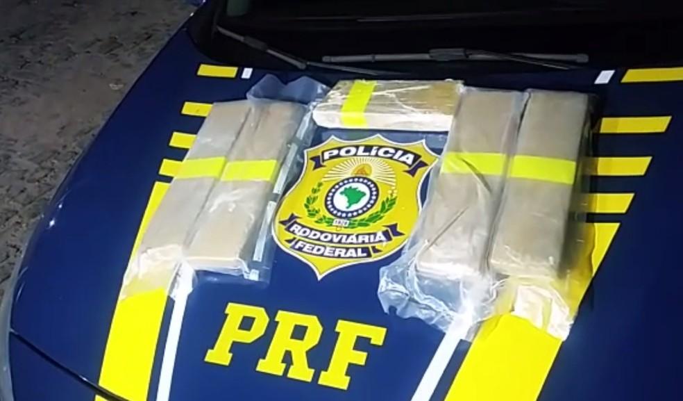 Segundo a PRF, a droga apreendida estava sendo transportada de Cabedelo, na Paraíba, para Natal (Foto: PRF/Divulgação)