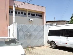 Pacote foi arremessado pelo portão do Núcleo de Custódia da Polícia Civil, em Cidade da Esperança (Foto: Ricardo Araújo/G1)