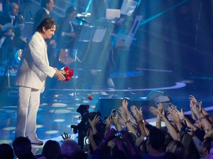 Roberto Carlos distribuiu flores para a plateia após o show (Foto: Isac Luz / Ego)