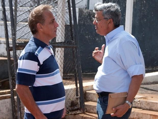 Dailsom, técnico do Araxá conversa com Jeová Moreira, prefeito da cidade (Foto: Divulgação AEC/Willian Tardelli)