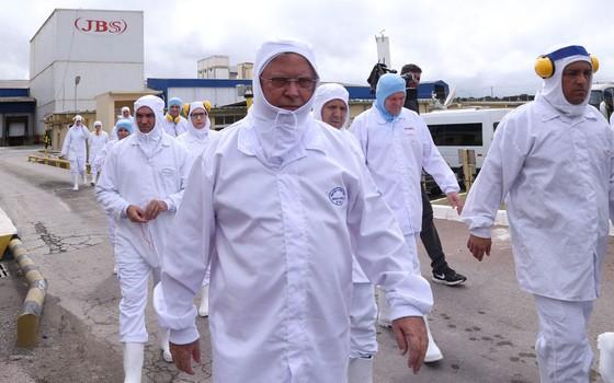O ministro da Agricultura Blairo Maggi visita a linha de produção da fábrica da processamento de aves (frangos e derivados) da JBS em Lapa, no Paraná, onde há a suspeita de irregularidades na certificação sanitária internacional por parte de auditores fi (Foto: ANDRE COELHO / Agência O Globo)