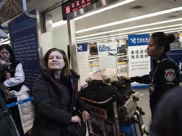 Ursula Gauthier, correspondente da revista L´Obs, passa pelo portão de segurança de aeroporto de Beijing antes de pegar voo de volta para a França. Ela foi expulsa da China após criticar política repressiva exercida por Pequim em Xinjiang (Foto: Fred Dufour / AFP)