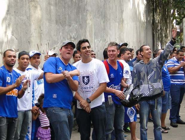 fila ingressos cruzeiro (Foto: Rodrigo Fuscaldi / Globoesporte.com)