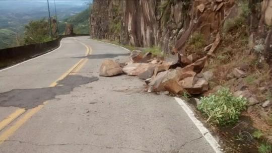 Desmoronamento deixa trânsito em meia pista na Serra do Rio do Rastro
