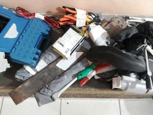 Materiais apreendidos pela polícia dentro do Mercado Municipal (Foto: Ana Cláudia Mendes / Inter TV)