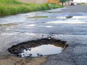Buracos, mato alto e falta de calçada atrapalham moradores em Piracicaba (Foto: VC no G1)