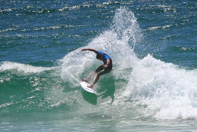 Adriano de Souza, o Mineirinho, superou no fim a manobra de Filipinho - Gold Coast - Mundial de Surfe (Foto: Aires Nicolay)