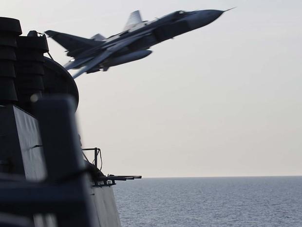 Avião russo Sukhoi SU-24 faz manobra perto de navio destroier dos EUA no Mar Báltico (Foto: REUTERS/US Navy/Handout via Reuters)