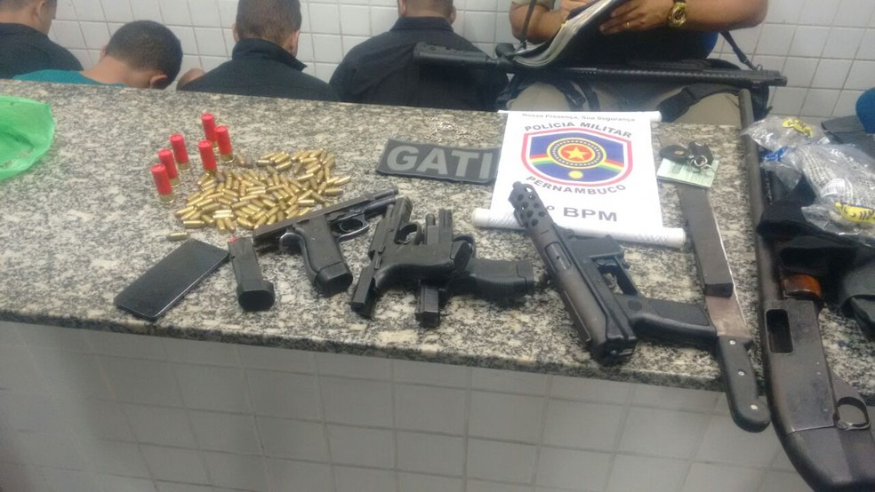 PM apreendeu armas, munições e coletes à prova de bala durante a ação em Olinda (Foto: Polícia Militar/Divulgação)