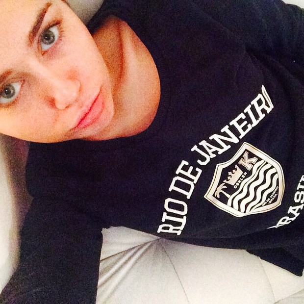 Miley Cyrus usa camisa em homenagem ao Rio (Foto: Instagram/ Reprodução)