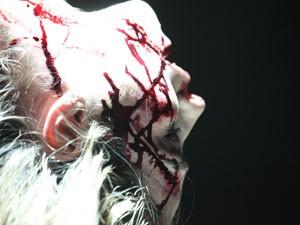 Policial sangra na imaginação do serial killer (Foto: Carol Caminha/Gshow)