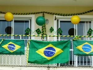 Sidney pendurou bandeiras e faixas na casa para torcer pelo Brasil, no bairro Hélio Ferraz, na Serra (Foto: Sidney Rosa de Oliveira)
