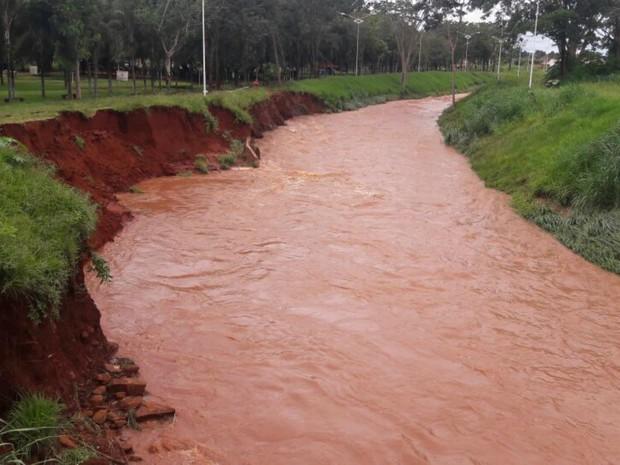 Córrego passa pelo centro da cidade e vários bairros (Foto: Flávio Rodrigues/Arquivo Pessoal)