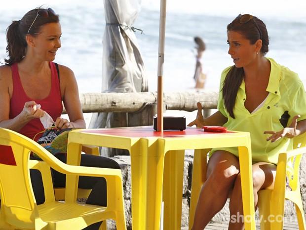 Clara diz à Helena que está bem com Cadu e com Marina (Foto: Inácio Moraes/ TV Globo)