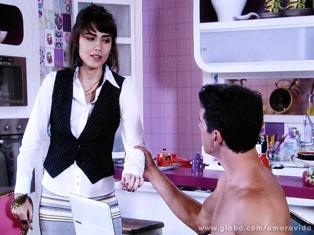 Guto puxa a ex pelo braço e tenta fazer um charminho... (Foto: Amor à Vida / TV Globo)