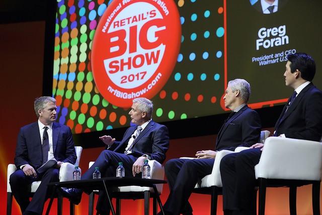 O moderador Bill Brand conversa com Greg Foran, CEO da Walmart, Terry J. Lundgren, CEO da Macy's, e, James Rhee, CEO da Ashley Stewart (Foto: Divulgação)