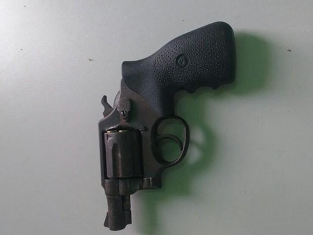 Arma que teria sido encontrada com o suspeito (Foto: Dilvulgação/Polícia Militar)