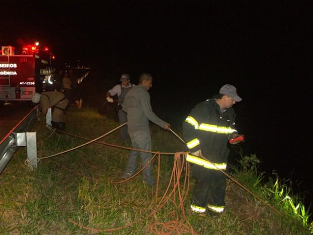 Equipe dos bombeiros fizeram rapel para retirada dos corpos, barranco tem 40 metros de altura (Foto: José Hercilio/Taguai Notícias)