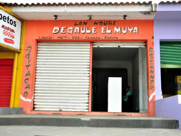 De olho nas necessidades dos imigrantes, lan house oferece serviços específicos para eles, como ligações telefônicas internacionais (Foto: André Souza/G1)