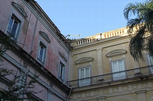 Foto (Foto: O contraste entre o bloco da fachada, que foi restaurado, e a parte dos fundos, abandonada)