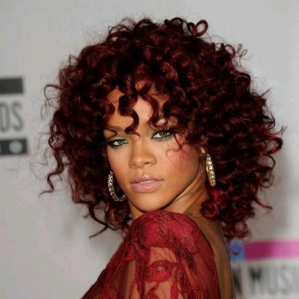 Rihanna usa a franja encaracolada  (Foto: Divulgação )