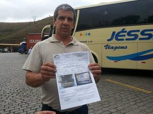 Empresário mostra resolução da ANTT em Petrópolis (Foto: Andressa Canejo)