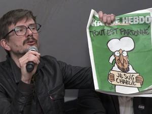"""O cartunista Luz mostra a próxima capa do jornal """"Charlie Hebdo"""" (Foto: Philippe Wojazer/Reuters)"""