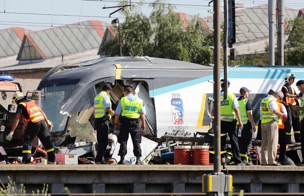 Equipes de resgate e policiais trabalham em local de colisão entre trem e caminhão na República Tcheca nesta quarta-feira (22) (Foto: Petr Sznapka/AP)