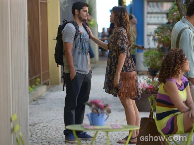 Luiza quer se aproximar de André, mas ex a dispensa educadamente (Foto: Raphael Dias / TV Globo)