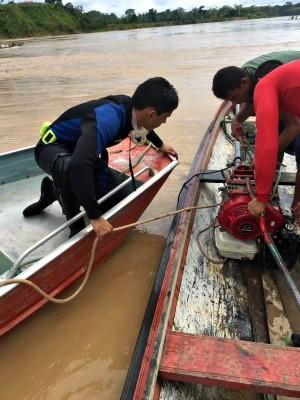 Barco foi destruído por árvore, mas bombeiros conseguiram resgatar motor (Foto: Divulgação/Corpo de Bombeiros)