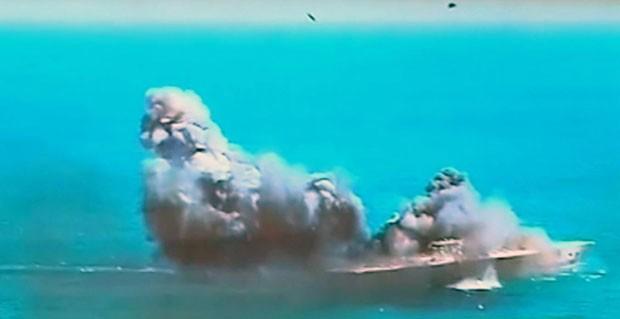 Réplica de porta-aviões dos EUA foi atingida por míssil em exercício militar realizado pela Guarda Revolucionária do Irã nesta quarta-feira (25) (Foto: Iran TV/AP)