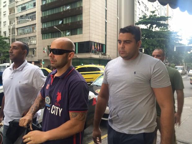Rafael de Souza Bussamra chega à delegacia (Foto: Lívia Torres / G1)