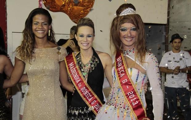 Mariana Ximenes posa entre a rainha de bateria da Viradouro, Dandara Oliveira, e Dominique Lorran (Foto: Isac Luz/EGO)