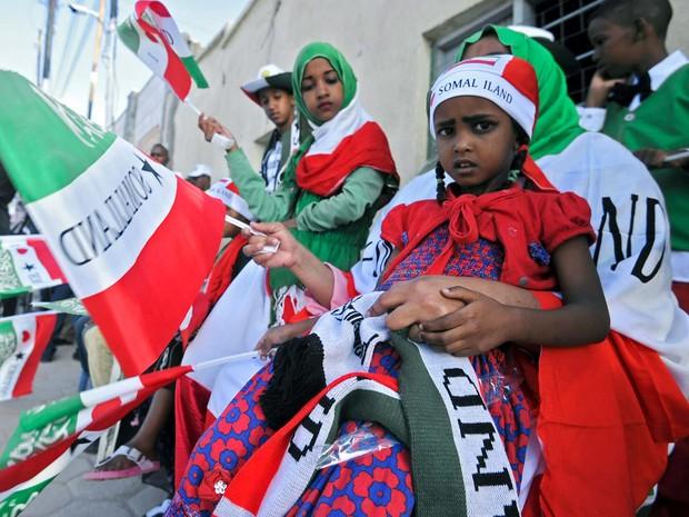 Moradores de Hargeisa erguem bandeiras para disfile militar nesta quarta-feira (18) que celebra a independência da autoproclamada Somalilândia (Foto: MOHAMED ABDIWAHAB / AFP)