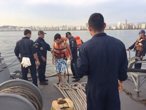 Professor ficou cerca de uma hora em boia no canal do Porto de Santos, SP (Foto: Divulgação/Marinha do Brasil)