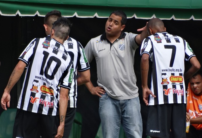 Leston Junior conversa jogadores Tupi-MG  (Foto: Bruno Ribeiro)
