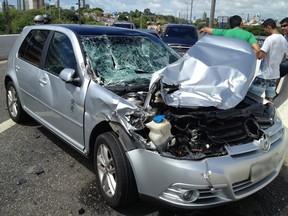G1 - Veículo bate em caminhão e se choca contra mureta em ...