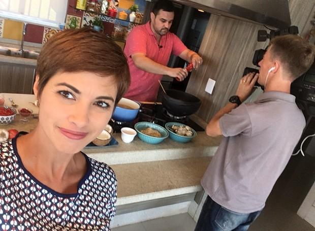 Janine Limas registra o preparo da receita  (Foto: RBS TV/Divulgação)