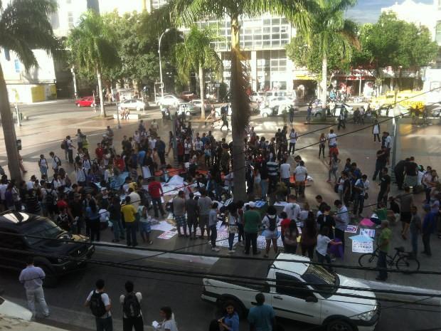 Estudantes se reúnem na praça antes do início do protesto (Foto: Priscilla Alves / G1)