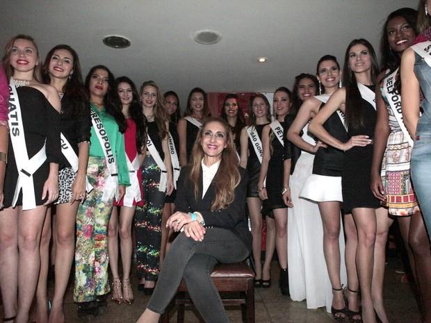 Susana Cardoso com as candidatas ao Miss Universo em restaurante no Rio (Foto: Isac Luz/ EGO)