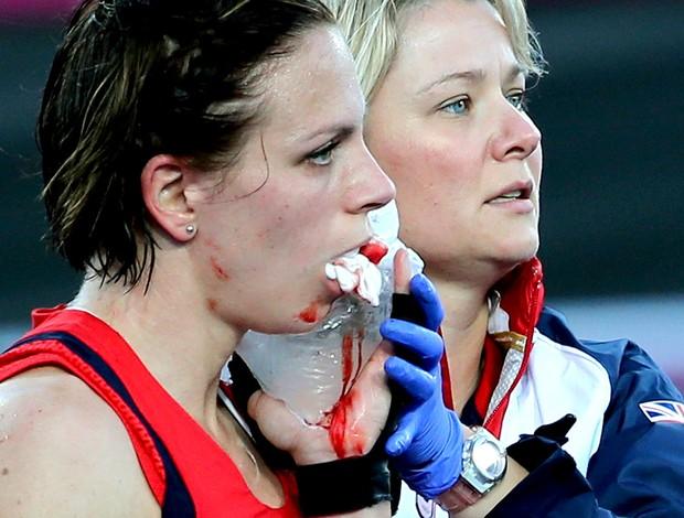 Kate Walsh sangrando na partida de hóquei da Grã-Bretanha (Foto: AP)