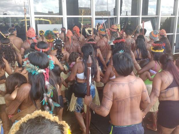 Índios protestam em frente ao Ministério da Justiça nesta terça-feira (29) por demarcação de terra no Pará (Foto: Elielton Lopes/G1)