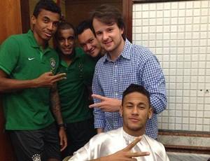 Elias Torres cortando o cabelo de Neymar (Foto: Elias Torres / Arquivo pessoal)