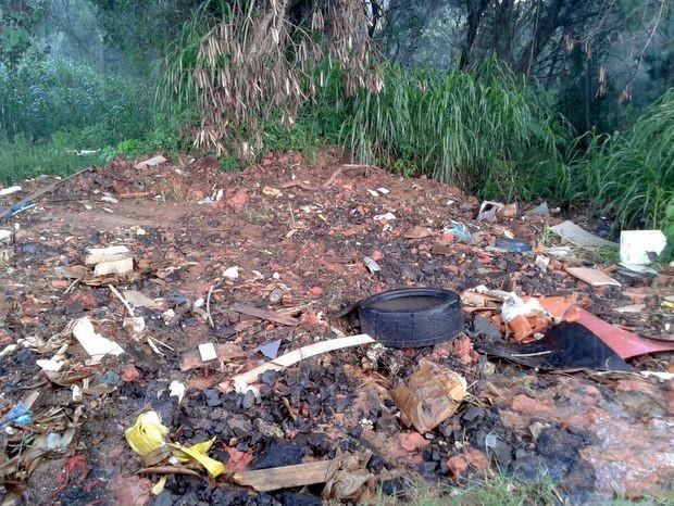 Acúmulo de lixo em Capivaria ajuda na proliferação da dengue  (Foto: Ana Paula Pinheiro Emílio/Acervo pessoal)